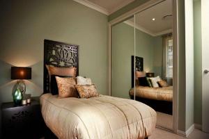 镜子对着卧室门风水好吗,该如何化解?