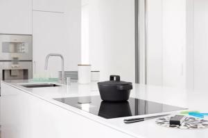 不同材质的厨房炊具在使用和清洗上有什么不一样