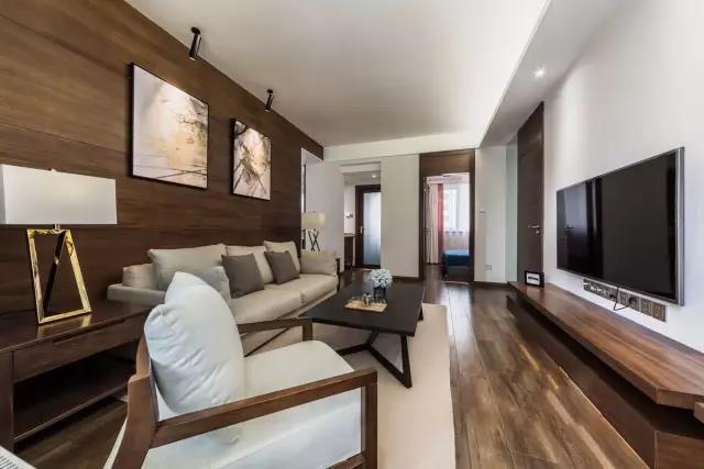 88㎡简约大气的现代风格,木地板上墙确实很有范儿
