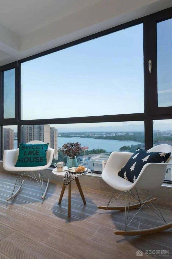 现代风格家居大阳台玻璃窗图片